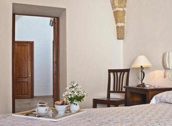 appartamento presicce don camillo casa vacanze la scisa appartamenti nel salento camera matrimoniale vista corridoio